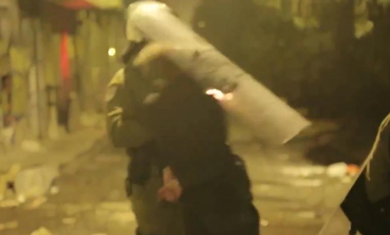 Εξάρχεια – Επεισόδια: Αστυνομικός χτυπά συλληφθέντα με την ασπίδα! video