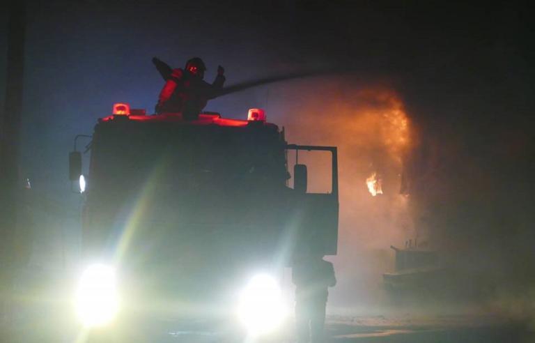 Λάρισα: Κατέρρευσε η οροφή του εργοστασίου παιδικών επίπλων, μετά τη μεγάλη φωτιά
