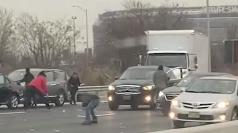 Χάος σε αυτοκινητόδρομο γιατί έβρεχε… δολάρια! [vid]