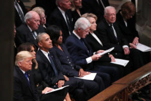 """Τζορτζ Μπους: """"Παγετός"""" μεταξύ Χίλαρι και Τραμπ στην κηδεία – Δεν γύρισε ούτε να τον κοιτάξει! [pics]"""