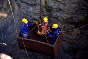 Δύτες ψάχνουν 15 ανθρακωρύχους που έχουν παγιδευτεί σε πλημμυρισμένο ορυχείο!