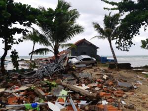 Τσουνάμι Ινδονησία: Μεγαλώνει ο μακάβριος κατάλογος – 373 νεκροί και πάνω από 1.400 τραυματίες