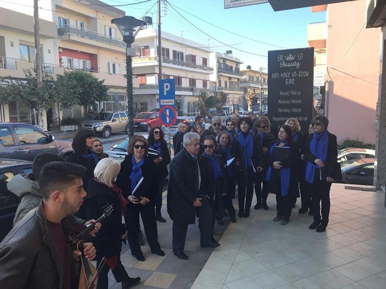Κρήτη: Ο δήμαρχος που βγήκε και είπε τα κάλαντα – Πρόσωπο της ημέρας ο Κώστας Μαμουλάκης [pic]
