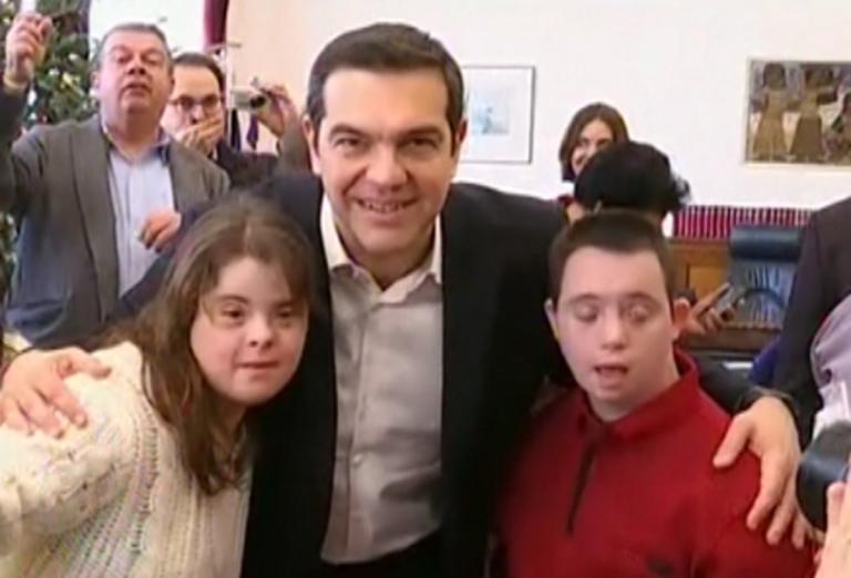 Θεσσαλονίκη: Χωρίς… μαγικά τα κάλαντα στον Αλέξη Τσίπρα – Τι ζήτησε ο πρωθυπουργός από τα παιδιά – video