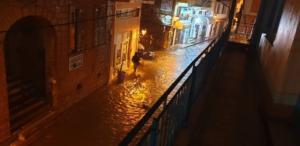 """Καταιγίδες σαρώνουν τη Λέσβο! """"Ποτάμια"""" οι δρόμοι! – video"""