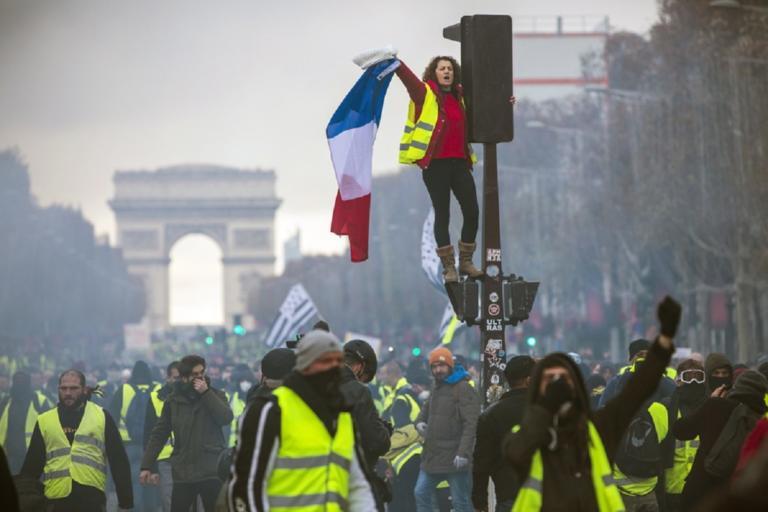 """Παρίσι: Ξανά στους δρόμους τα """"κίτρινα γιλέκα"""""""