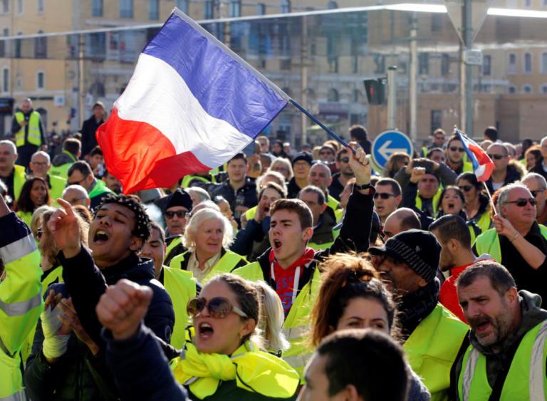 """Έκκληση Μακρόν προς τα συνδικάτα για ηρεμία – Ετοιμάζουν νέες διαδηλώσεις τα """"κίτρινα γιλέκα"""""""