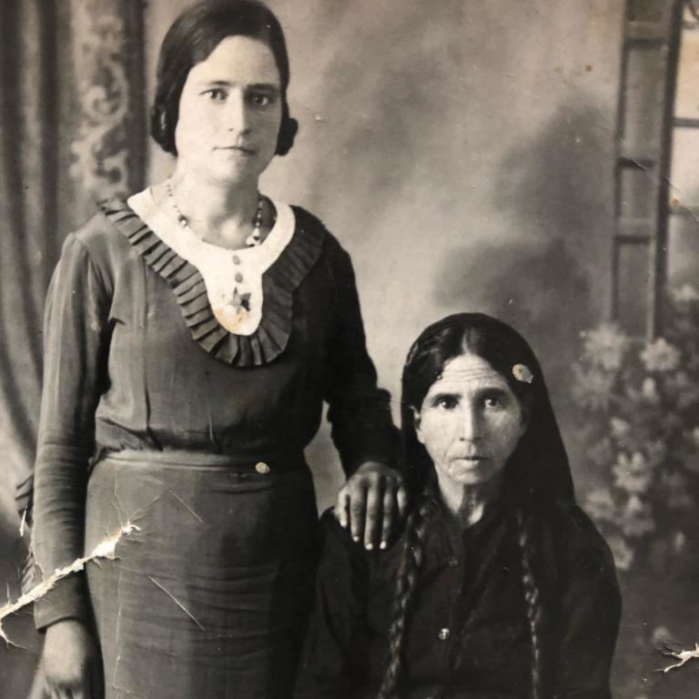H γυναίκα στην παλιά φωτογραφία εποχής είναι η γιαγιά πρωταγωνιστή του «Τατουάζ»!