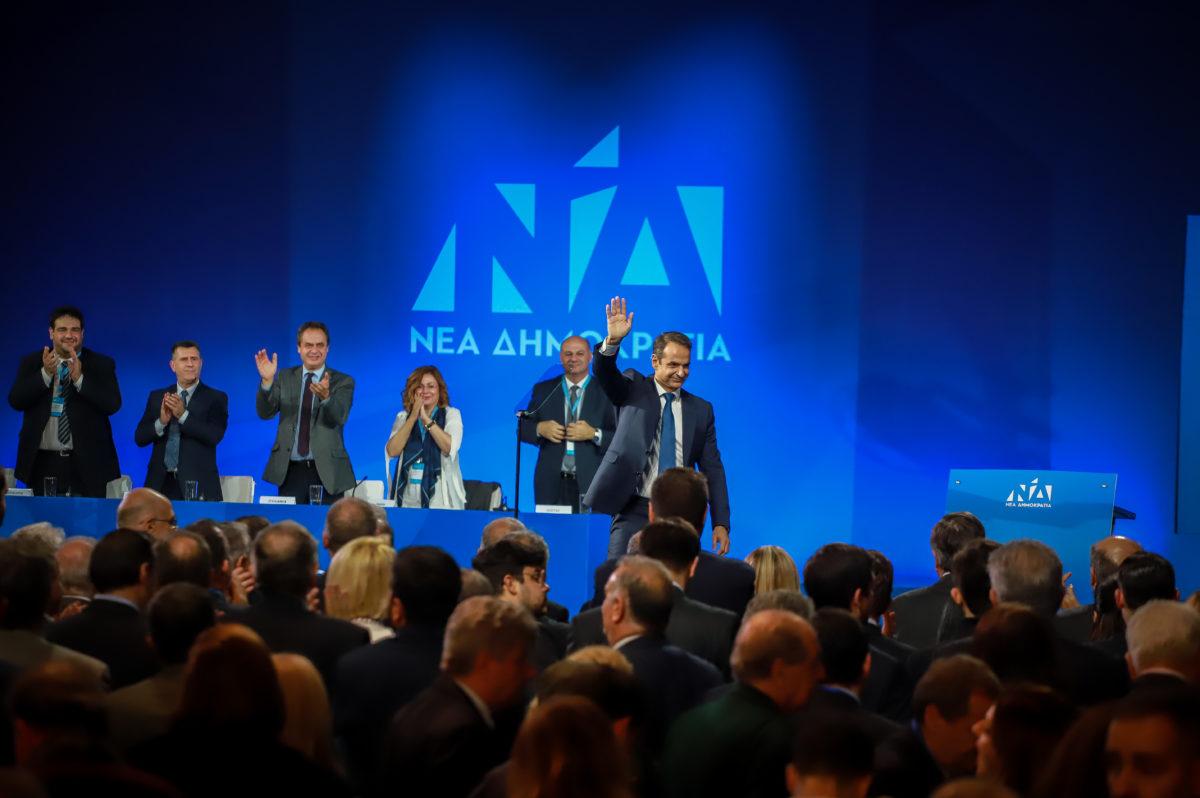 """Συνέδριο ΝΔ: Σε άλλους λέει… """"φύγετε"""" και σε άλλους """"ελάτε σε μένα"""" ο Μητσοτάκης"""