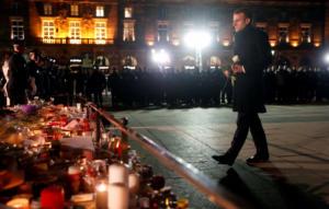 Ο Μακρόν τιμά τα θύματα του Στρασβούργου – Η κίνηση που συγκίνησε!