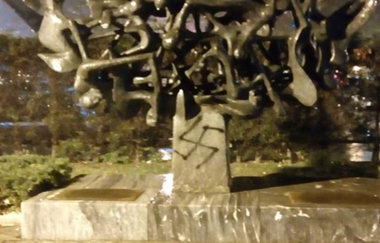 Θεσσαλονίκη: Αγκυλωτός σταυρός στο Μνημείο Ολοκαυτώματος! [pic]