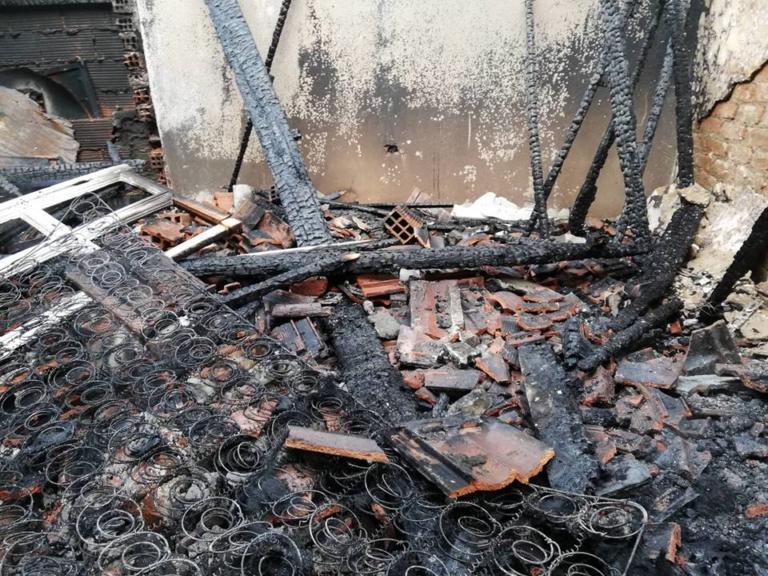 Θεσσαλονίκη: Μονοκατοικία έγινε στάχτη μέσα σε λίγα λεπτά – Οι εικόνες καταστροφής [pics, video]