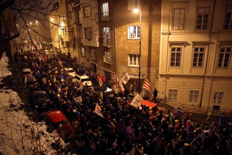 """Βουδαπέστη: Μαζικές διαδηλώσεις ενάντια στον """"νόμο δουλείας"""" του Όρμπαν [pics]"""