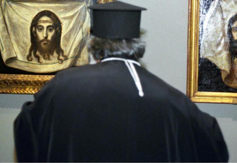 Χαλκιδική: Χτύπησαν με ξύλο και λήστεψαν ιερέα – Ενέδρα στην είσοδο του σπιτιού του!