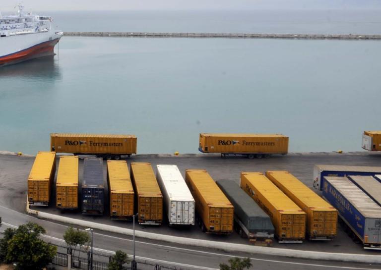 """Πάτρα: Προσέκρουσε στο λιμάνι το """"superfast 2""""!"""