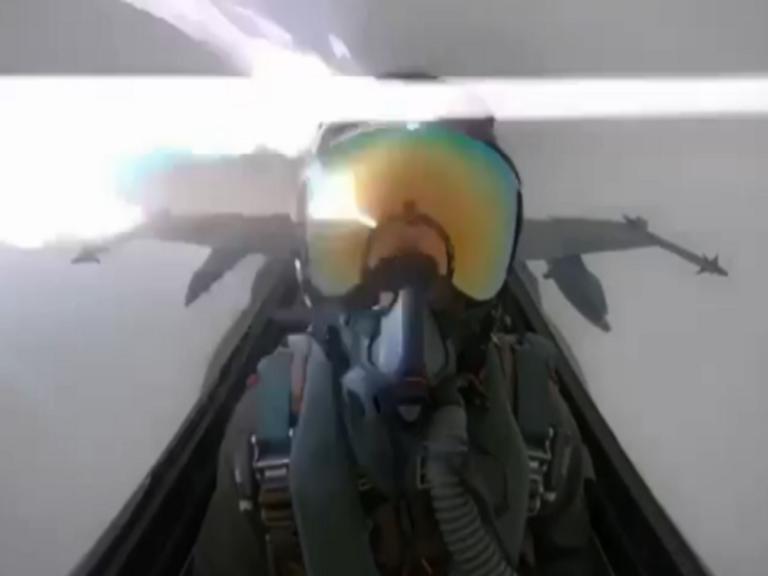 Τρόμος στον αέρα! Κεραυνός χτυπά μαχητικό – Συγκλονιστικό βίντεο από το κόκπιτ