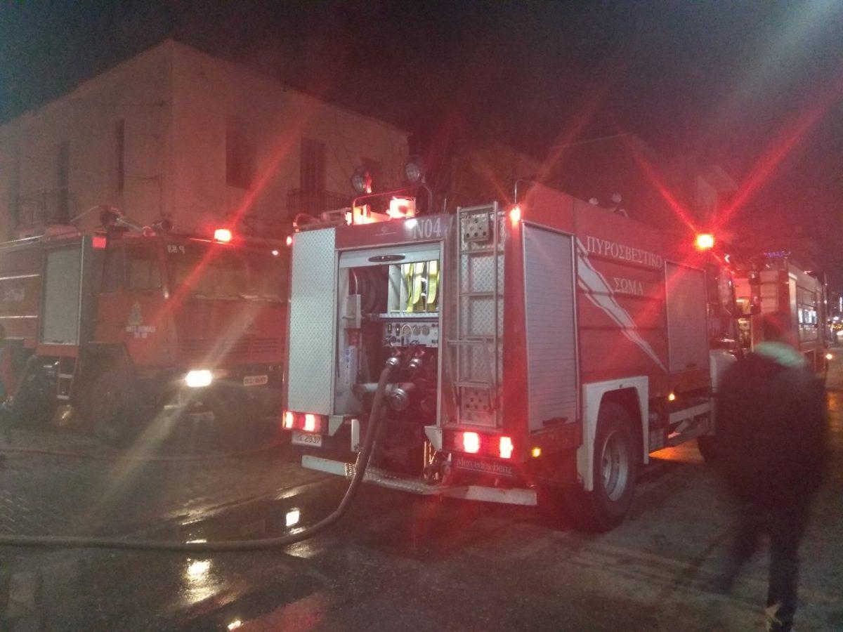 Γαστούνη: Φωτιά σε καφενείο και σπίτι στην κεντρική πλατεία της πόλης – video