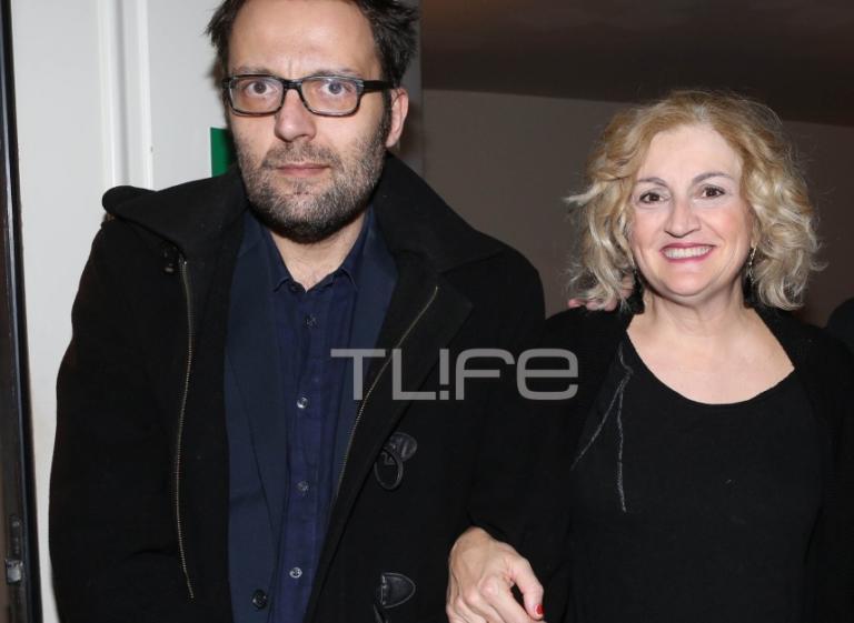 Αύγουστος Κορτώ: Σπάνια βραδινή έξοδος με τον σύζυγό του Τάσο στο θέατρο! [pics]