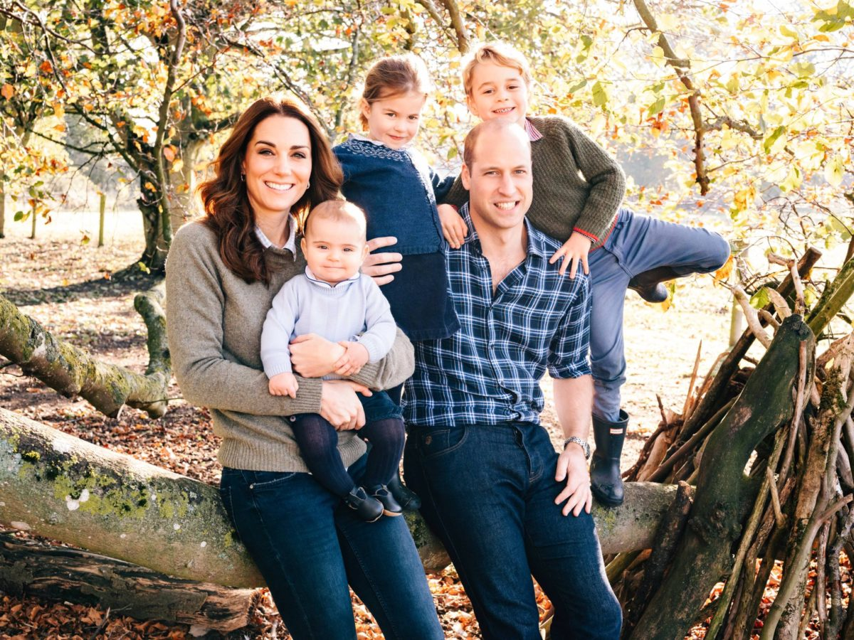 """Βασιλικές χριστουγεννιάτικες κάρτες: """"Γλυκός"""" Κάρολος, οικογενειάρχης Γουίλιαμ και… ρομαντικός Χάρι"""