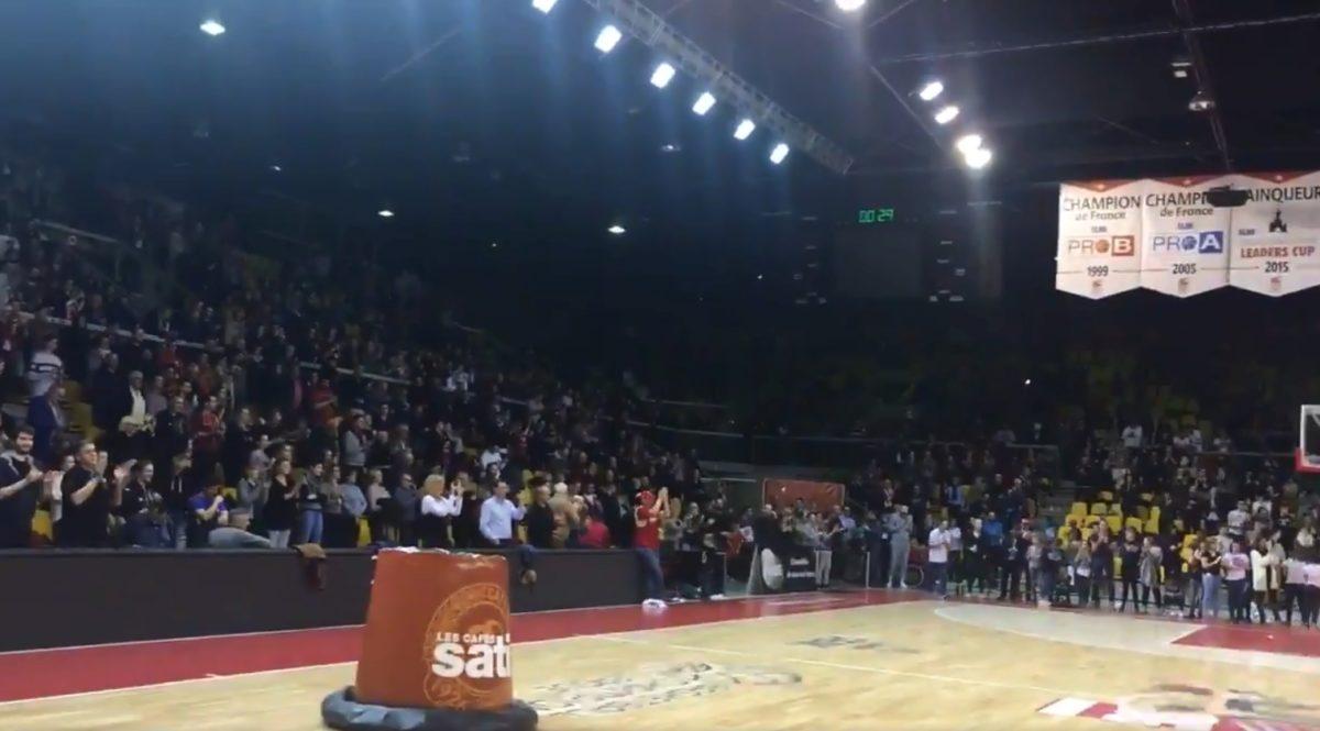 Στρασβούργο: Συγκλονιστικό βίντεο! Αποκλεισμένοι στο γήπεδο έψαλλαν τον εθνικό ύμνο στη μνήμη των θυμάτων