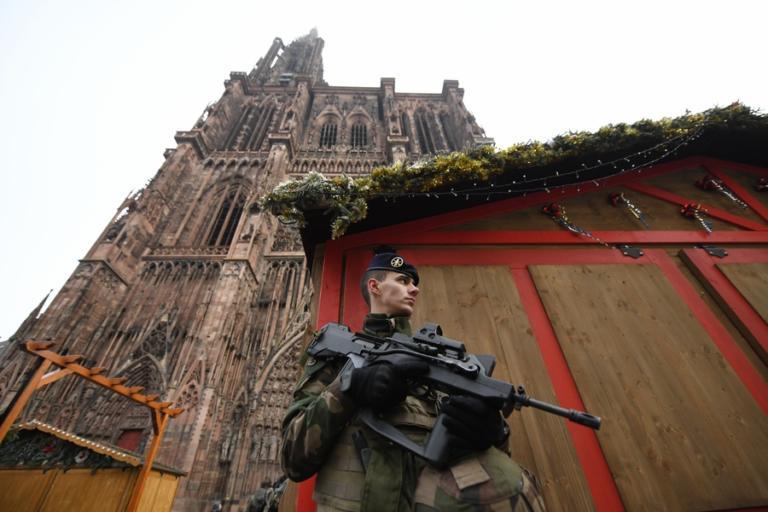 Στρασβούργο: Άνοιξε ξανά η χριστουγεννιάτικη αγορά – Στρατός στους δρόμους – Επί τόπου ο Μακρόν
