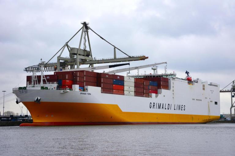 """Τάμεσης: Τέλος στο """"θρίλερ"""" σε πλοίο – Η αστυνομία συνέλαβε τους οπλισμένους λαθρεπιβάτες"""