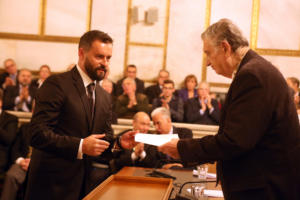 Η Ακαδημία Αθηνών βράβευσε τον ήρωα οδηγό ταξί που έσωσε ανάπηρη τουρίστρια