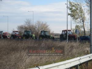 Αγρότες: Παρατεταγμένα τα τρακτέρ στον Ε65 – «Μόνος δρόμος αυτός του αγώνα» – video