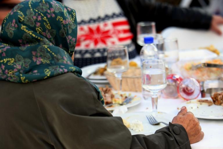 Χριστουγεννιάτικο τραπέζι για 2.000 άστεγους και άπορους δημότες της Αθήνας