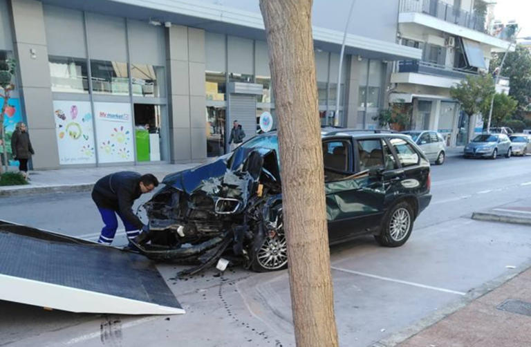 """Καλαμάτα: Αυτοκίνητο έκοψε δέντρο και """"καρφώθηκε"""" σε τοίχο σπιτιού – Σε σοβαρή κατάσταση ο οδηγός [pics]"""