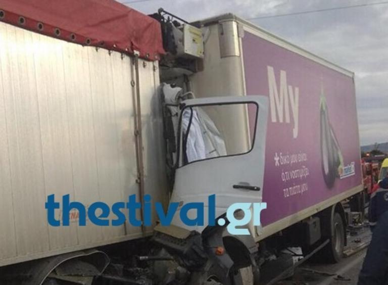 Θεσσαλονίκη: Ένας νεκρός σε σύγκρουση δύο φορτηγών – Κυκλοφοριακό χάος λίγο πριν τα διόδια Ωραιοκάστρου [pics]