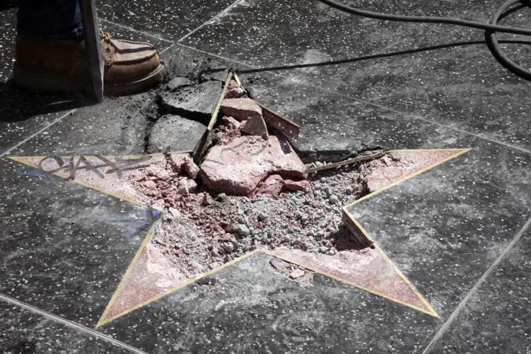 Έφτιαξε έναν αγκυλωτό σταυρό πάνω στο αστέρι του Τραμπ!