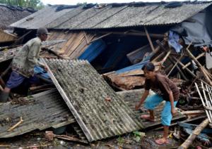 Ινδονησία: Πτώματα παντού από το τσουνάμι – Στους 168 οι νεκροί