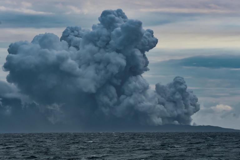 Ινδονησία: Το ηφαίστειο Ανάκ Κρακατόα έχασε τα δύο τρίτα του ύψους του