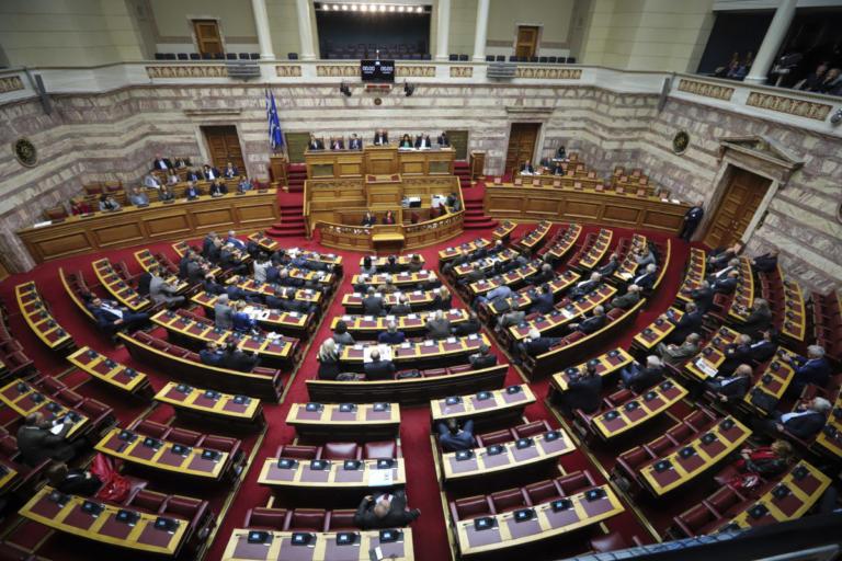 """Χαμός στη Βουλή με την """"καταιγίδα"""" τροπολογιών – Διακόπηκε η συζήτηση για αύριο"""