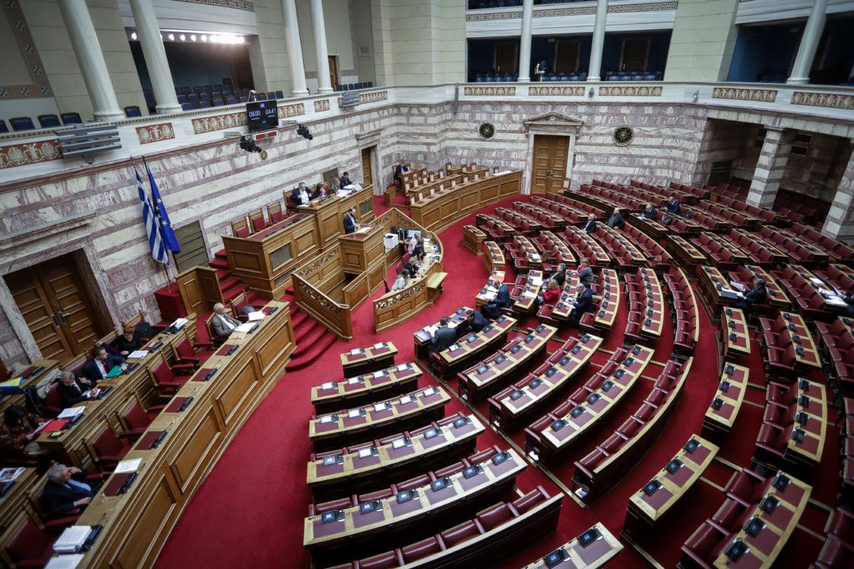 """Χαμός στη Βουλή για τις τροπολογίες! Για """"πλυντήριο"""" και """"ξέπλυμα"""" μιλά η αντιπολίτευση!"""