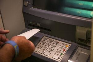 Θεσσαλονίκη: «Παγίδευσαν» ΑΤΜ και «σήκωναν» μετρητά με κάρτες – κλώνους!