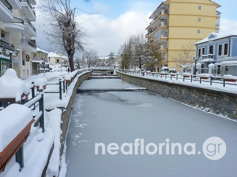 Φλώρινα: Πάγωσε μέχρι και ο ποταμός Σακουλέβας – Εντυπωσιακές εικόνες από το πέρασμα του χιονιά [pics]
