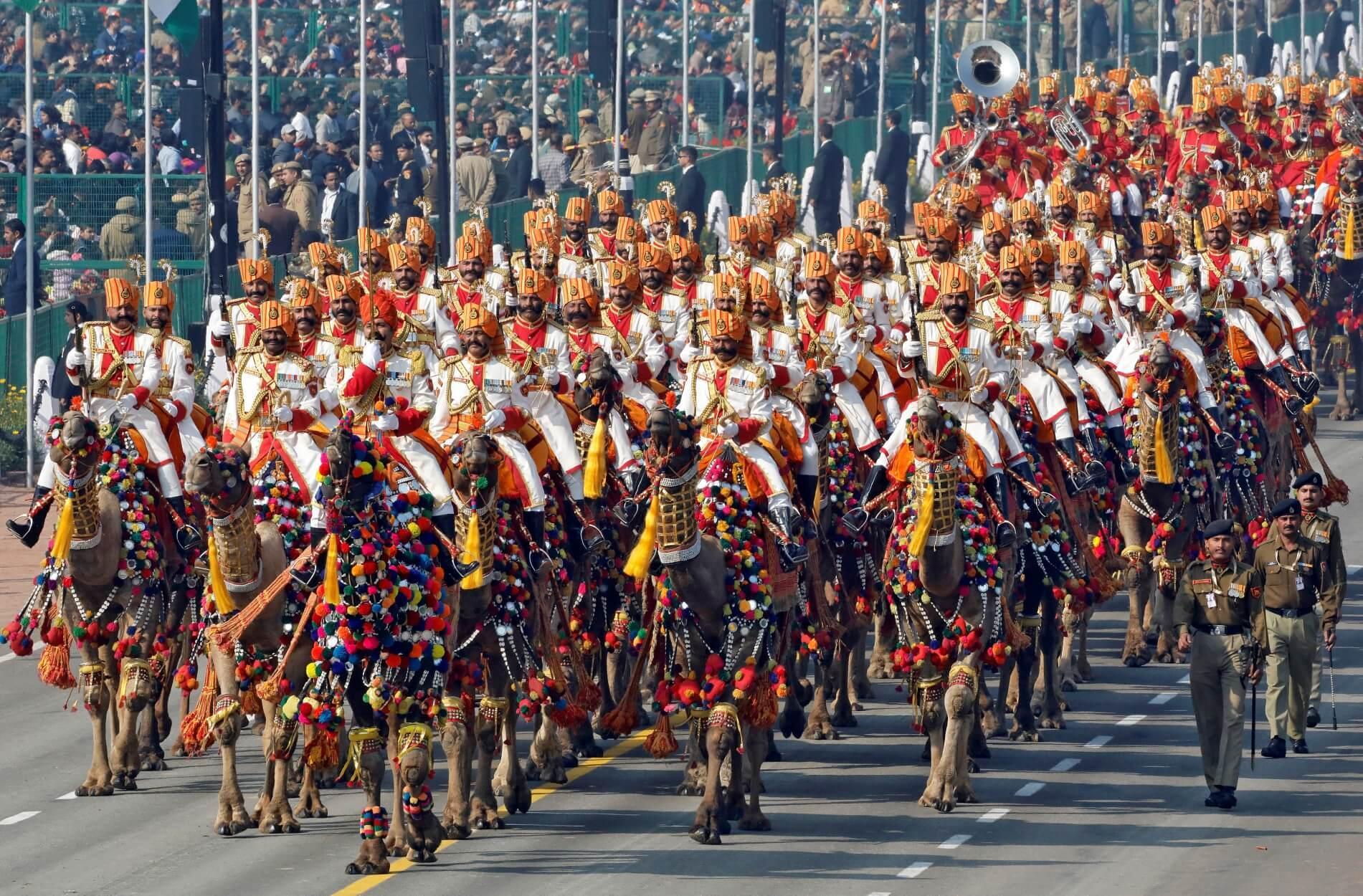 Ινδία: Άρματα μάχης, μηχανάκια και καμήλες στη μεγάλη στρατιωτική παρέλαση