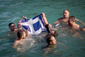 Ηράκλειο: Βούτηξαν με την ελληνική σημαία για να πιάσουν τον Σταυρό [pics]