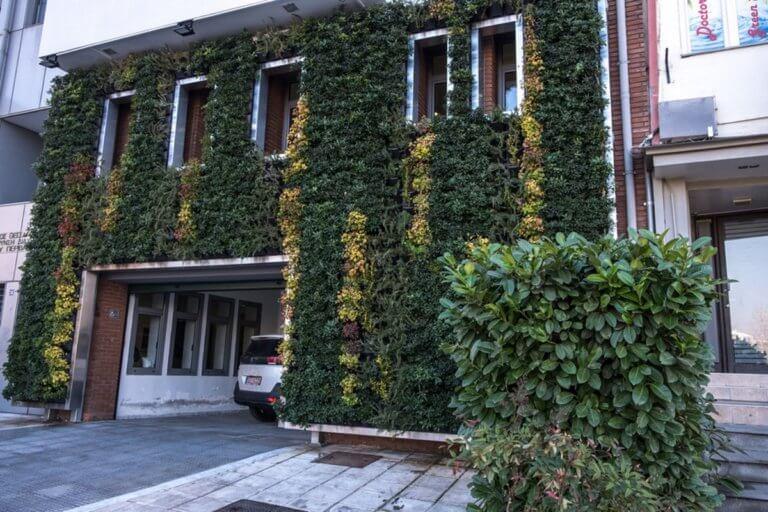 Ο πρώτος κάθετος κήπος σε δημόσιο κτίριο στην Ελλάδα | Newsit.gr