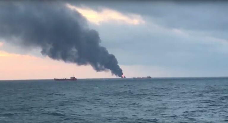 Φλέγεται πλοίο στα στενά του Κερτς στην Κριμαία | Newsit.gr