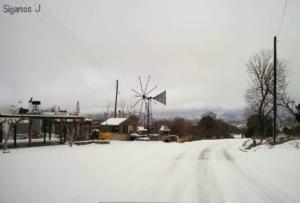 Κρήτη: Χιόνια στο Λασίθι – Με αλυσίδες η κυκλοφορία
