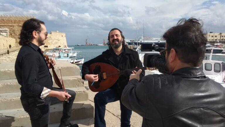 Κρήτη: Λυράρηδες με POS – Η μαντινάδα για τη χρέωση και οι αντιδράσεις για τα νέα δεδομένα! | Newsit.gr