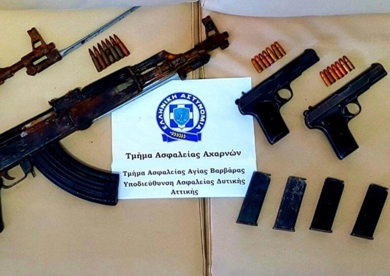 Με καλάσνικοφ, πιστόλια, σφαίρες και ναρκωτικά πιάστηκε νεαρό ζευγάρι στο Κορωπί [pics]