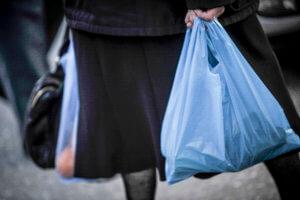 Πλαστική σακούλα: Πόσο μειώθηκε η χρήση της – Απολογισμός από τις περιβαλλοντικές οργανώσεις