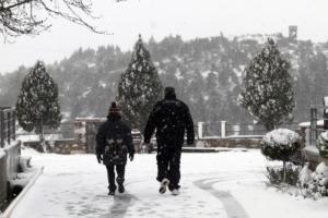 Καιρός: Επιχείρηση της πυροσβεστικής για μία τετραμελή οικογένεια που παγιδεύτηκε στα χιόνια της Πεντέλης!