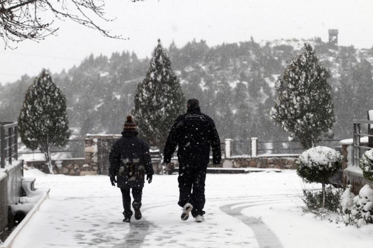 Καιρός: Επιχείρηση της πυροσβεστικής για μία τετραμελή οικογένεια που παγιδεύτηκε στα χιόνια της Πεντέλης! | Newsit.gr