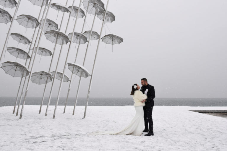 Χιονισμένοι νιόπαντροι και άλλες εικόνες από την κατάλευκη Θεσσαλονίκη [pics]