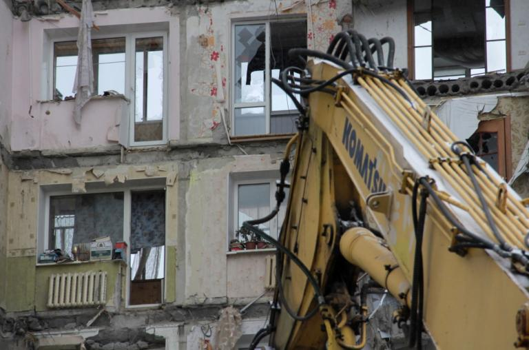 Ρωσία: Μία γάτα ανασύρθηκε ζωντανή από τα χαλάσματα της δεκαόροφης πολυκατοικίας! – video